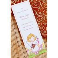 Punto de libro de comunión niña sonrrisa con libro y cirio