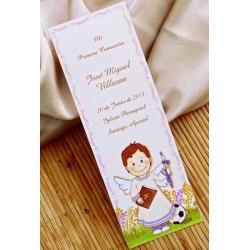Punto de libro de comunión niño sonrrisa con libro, cirio y balón