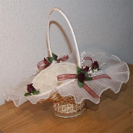 Cesta de arras hecha a mano con tela y flores