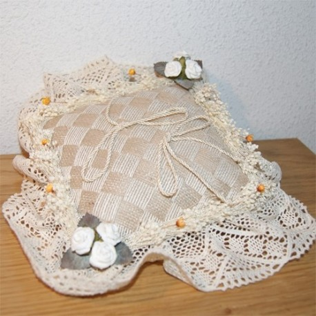 Cojin alianzas hecha a mano con ganchillo y flores