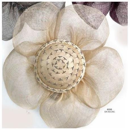 Flor pétalos beige presentación agujas