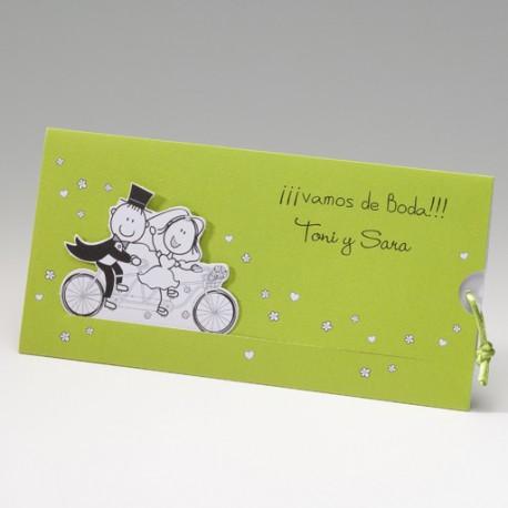 Invitación de boda novios bicicleta pradera