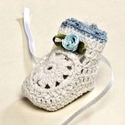 Botita ganchillo blanca flor azul